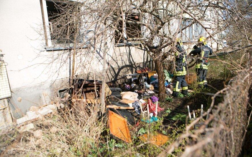 Vilniuje iš daugiabučio dėl gaisro evakuoti žmonės, du jų stipriai apdegė