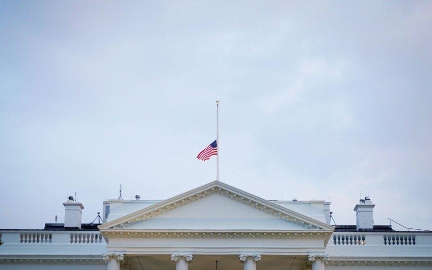 Baltieji rūmai nuleido vėliavą Johnui McCainui pagerbti