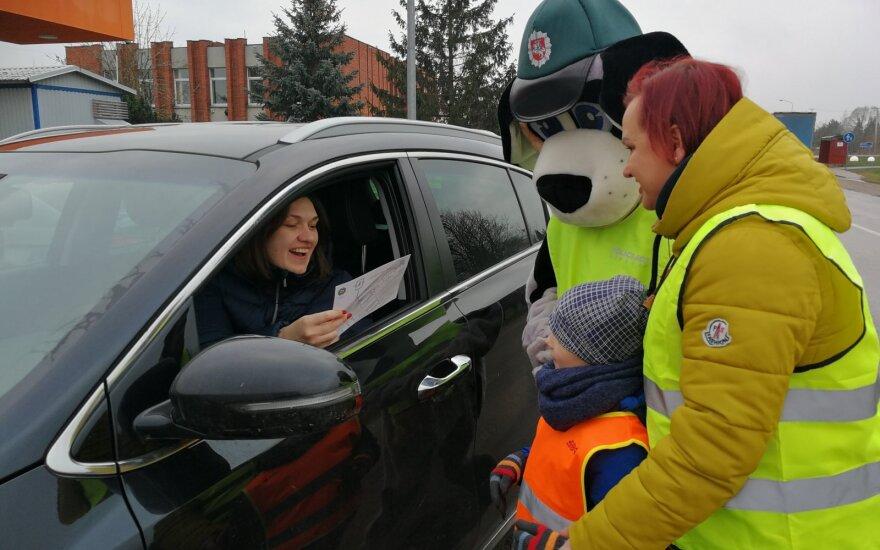 Skubančius vairuotojus stabdė mokiniai: ragino koreguoti stabdymo įpročius
