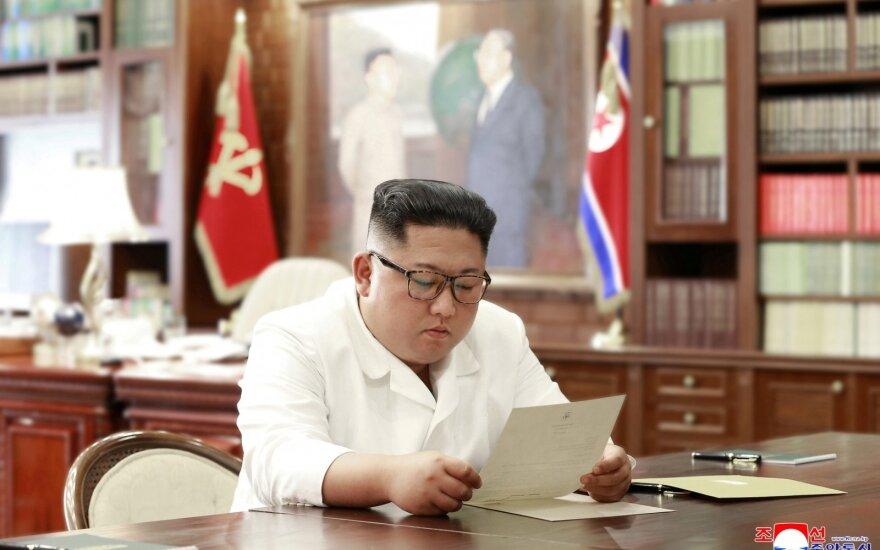 Kim Jong Unas skaito Donaldo Trumpo laišką