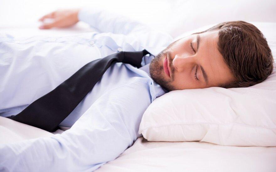 Dienos miegas neturėtų trukdyti užmigti naktį