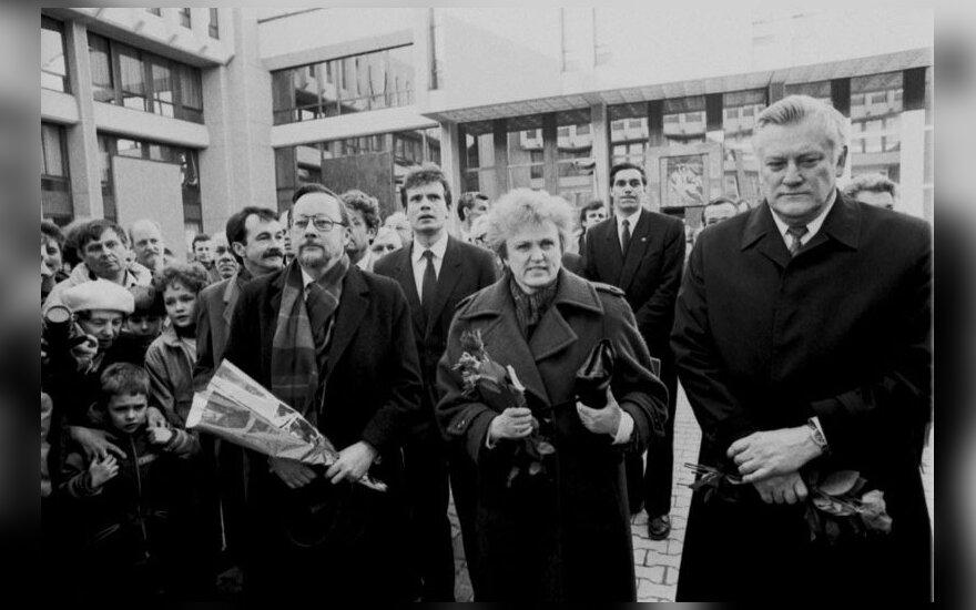 Prie LR Aukščiausiosios Tarybos rūmų LR Aukščiausiosios Tarybos-Atkuriamojo Seimo deputatai: LR Aukščiausiosios Tarybos-Atkuriamojo Seimo pirmininkas Vytautas Landsbergis, Kazimiera Danutė Prunskienė ir Algirdas Mykolas Brazauskas; už jų kairėje Kovo 11-o