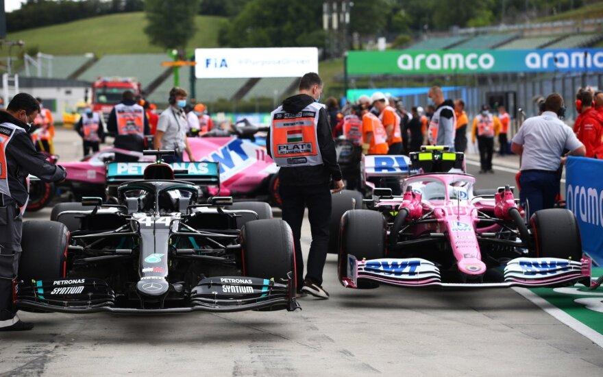 """""""Racing Point"""" (dešinėje) ir """"Mercedes"""" bolidai"""
