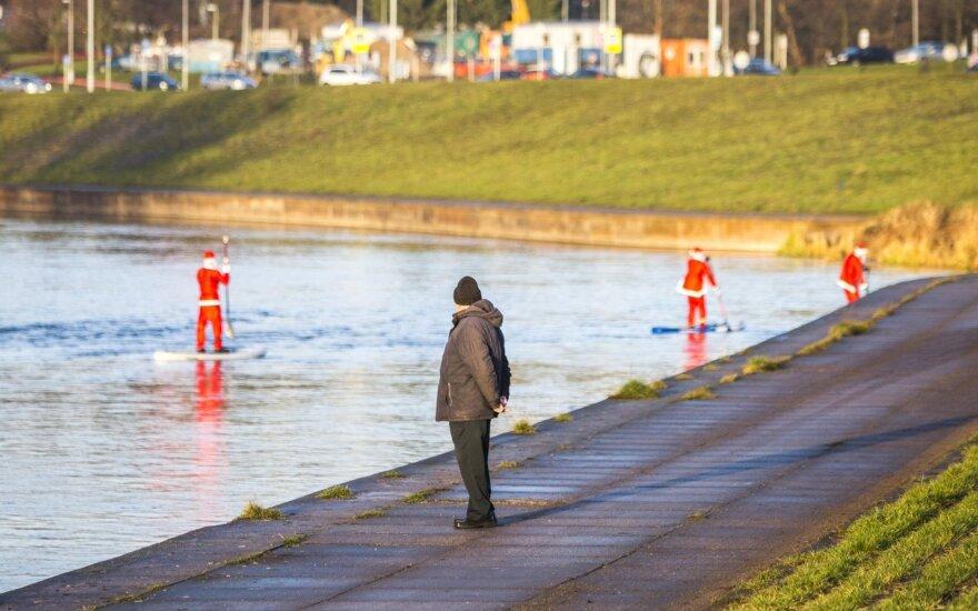Vilniečius stebino neįprastas vaizdas: Nerimi plaukiantys Kalėdų seniai
