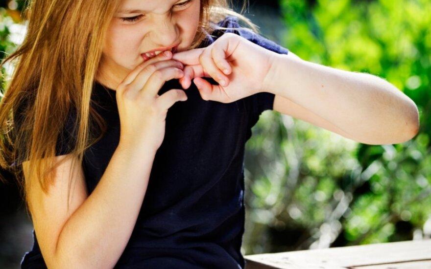 Ką daryti, jei vaikas kramto nagus?