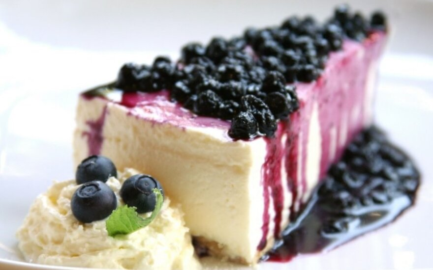 NEREIKIA KEPTI: sūrio pyragas su uogomis