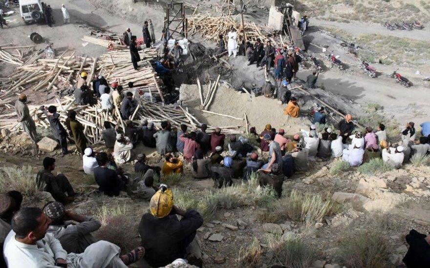 Pakistane blėsta viltys išgelbėti po žeme įstrigusių 10 kalnakasių