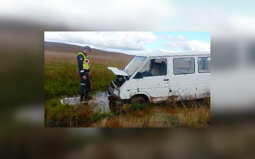 Ūkininko laukuose mįslingai atsirado suniokotas automobilis