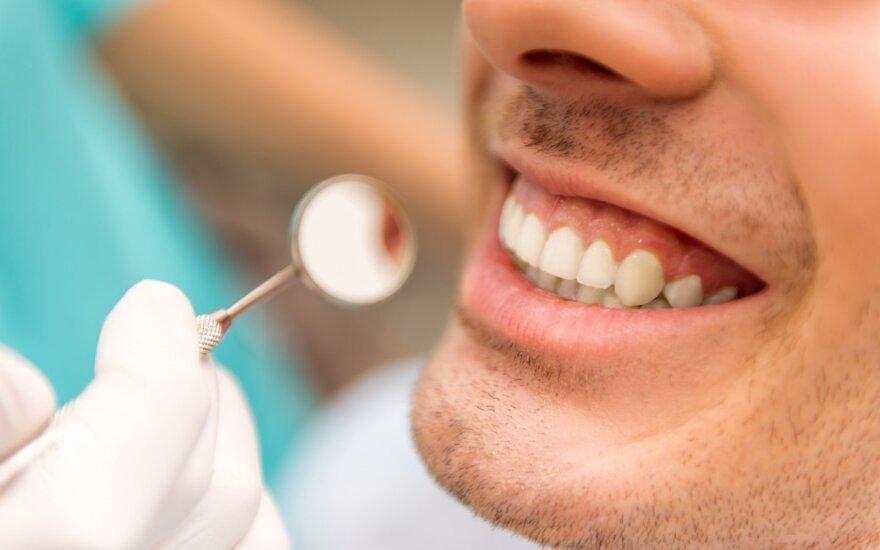 Vyras pas odontologą