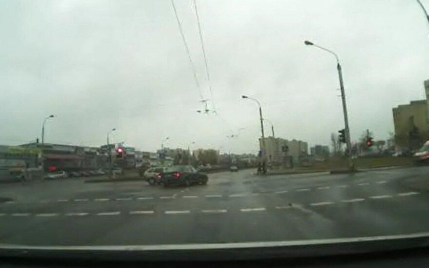 Nufilmavo įžūlų BMW vairuotoją Vilniuje: išlėkęs į sankryžą, rėžėsi į kitą automobilį