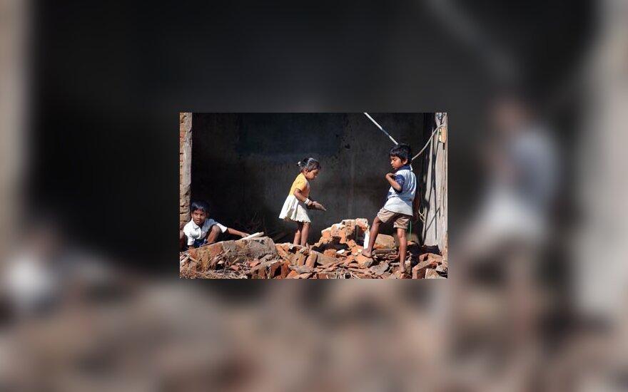 Vaikai Indijoje prie cunamio sugriauto namo