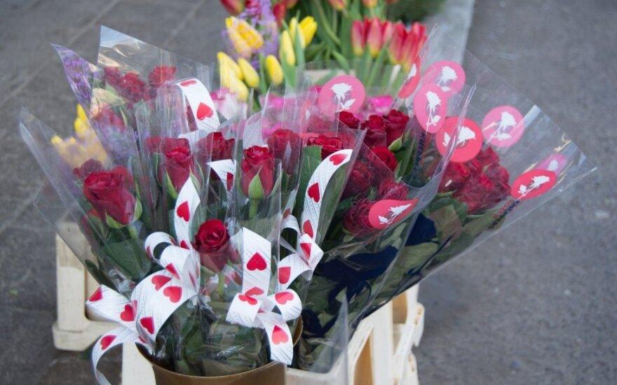 Įsimylėjėliai plūstelėjo į turgelį brangesnių gėlių
