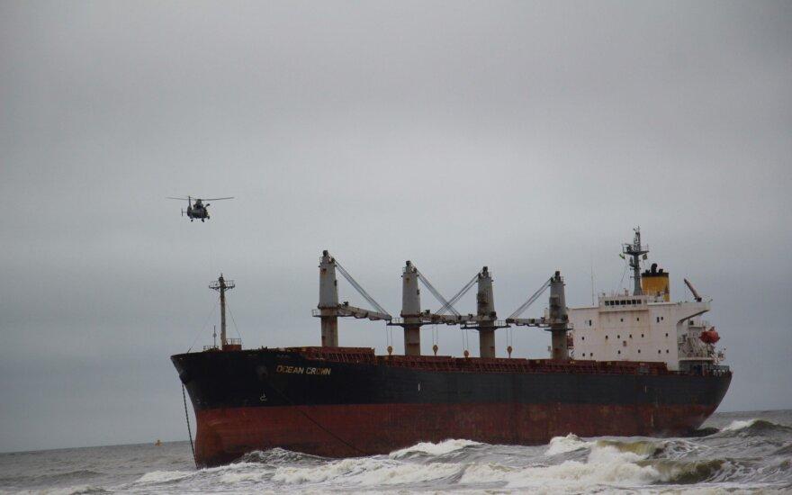 Dėl ant seklumos užplaukusios laivo pakeltas Karinių oro pajėgų sraigtasparnis