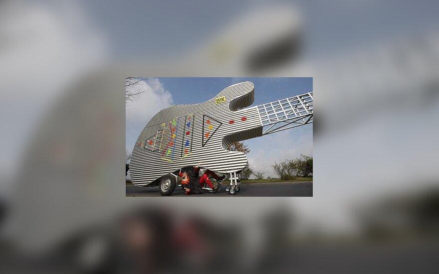 Vokietis sukūrė važiuojančią gitarą