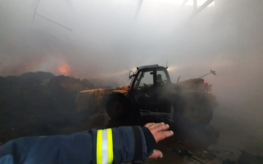 Alytaus meras piktinasi ministerijos pranešimu apie užgesintą gaisrą: nuotraukose - atvira liepsna