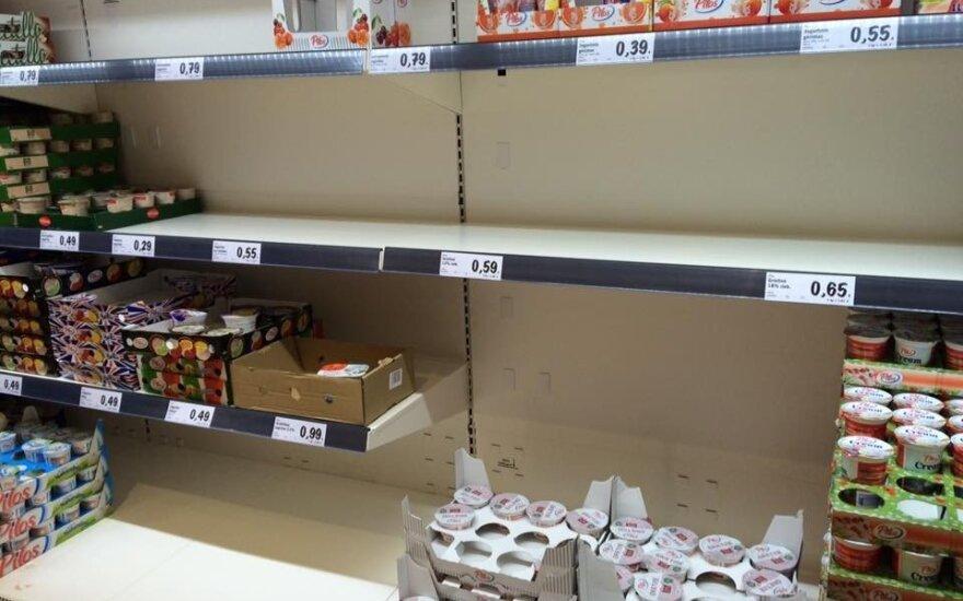 """""""Lidlo"""" šturmas tęsiasi ir savaitgalį: iššluotos lentynos, žmonės ledus valgo tiesiog eilėse"""