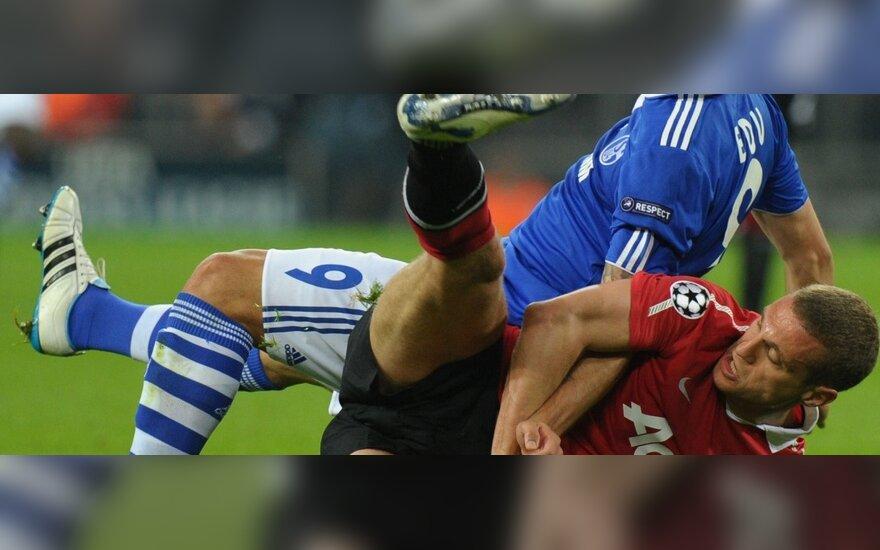 """Edu (""""Schalke"""", viršuje) kovoja su Nemanja Vidičiumi (""""Man. United"""")"""