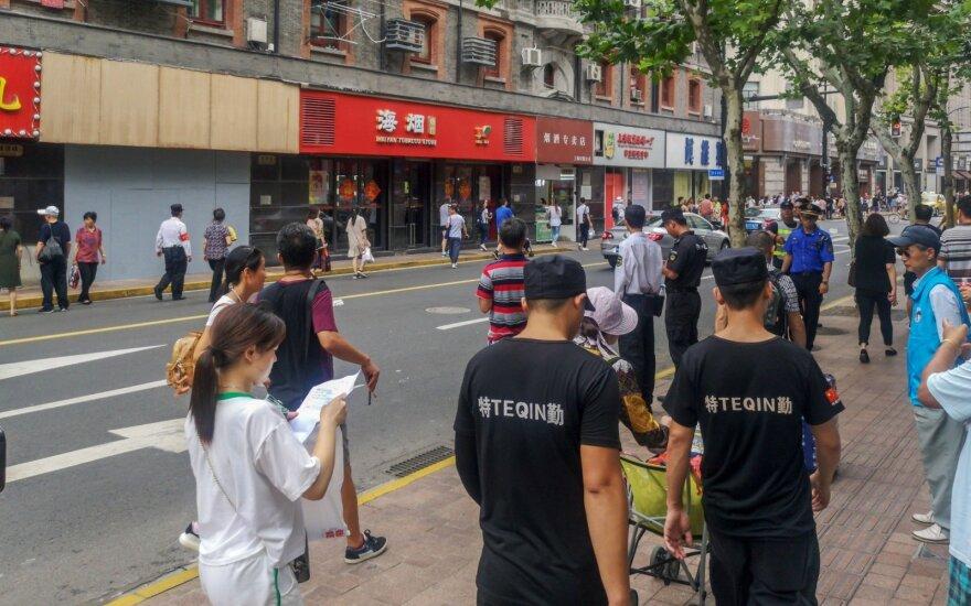 Šanchajuje nukritus parduotuvės iškabai žuvo trys žmonės, dar šeši sužaloti