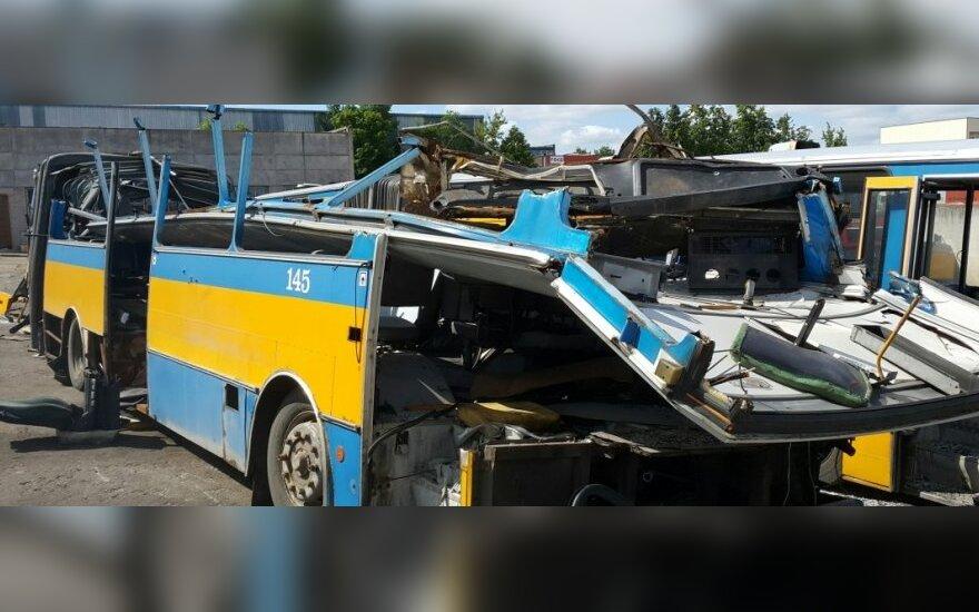 Vilniuje ugniagesiai-gelbėtojai supjaustė maršrutinį autobusą