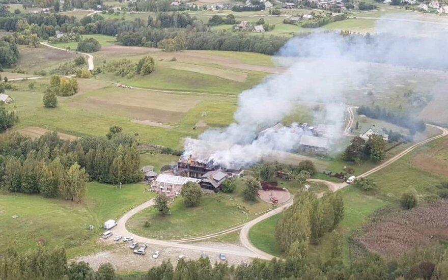 Trakų rajone atvira liepsna užsidegė kavinės stogas