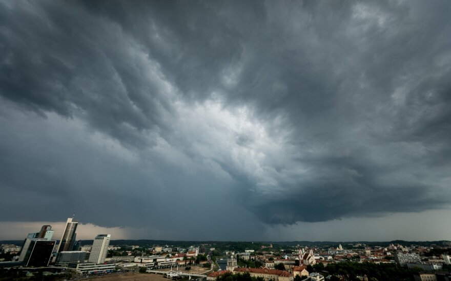 Po naktį siautusios audros be elektros šalyje dar liko iki 2 tūkst. ESO klientų