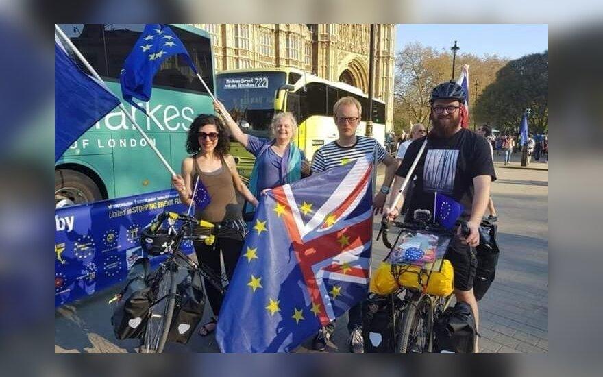 """Protestuodami prieš """"Brexit"""" aplink Europą mina dviračiais: susižavėjo Vilniaus takais"""