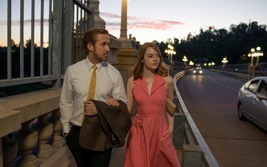 """Ryanas Goslingas ir Emma Stone, kadras iš filmo """"Kalifornijos svajos"""""""