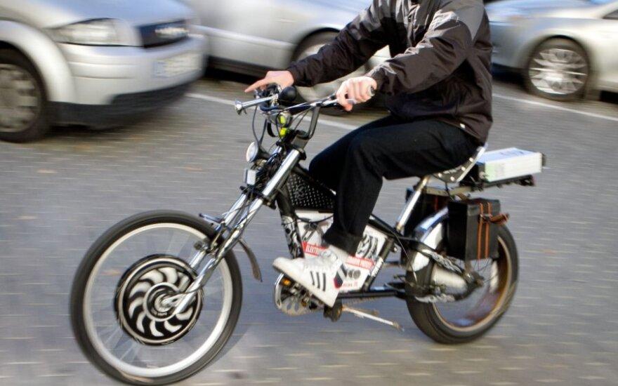 Dailės akademijos studentai išbandė elektrinius dviračius
