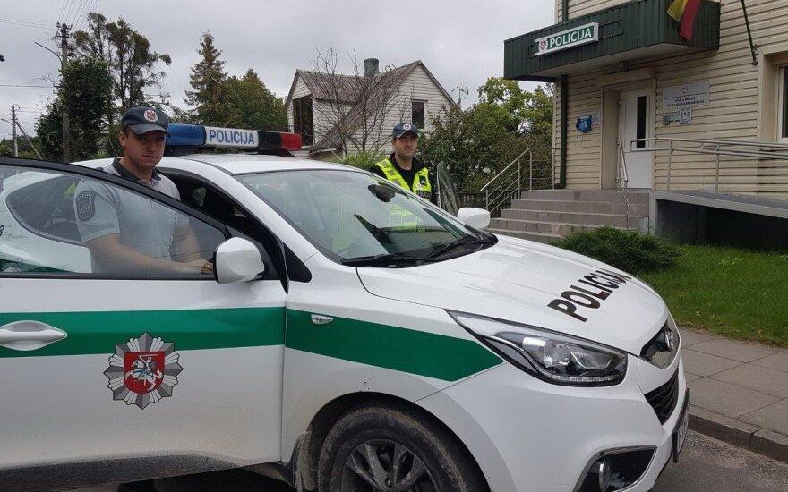 Policijos pareigūnai iš ugnies gniaužtų išgelbėjo du jaunuolius