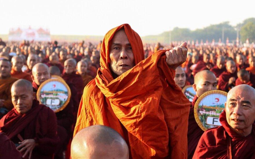 30 tūkst. vienuolių Mianmare rinko išmaldą