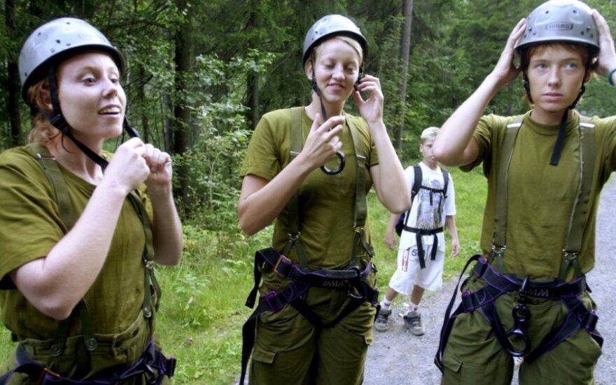 Norvegės su kariškių uniformomis