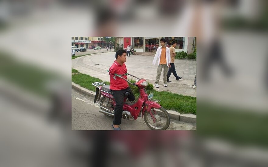 Berankis motociklininkas gavo įspėjimą dėl vairavimo be rankų