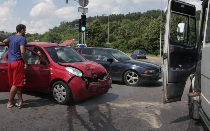 """Vilniuje susidūrė tarpmiestinis autobusiukas ir """"Nissan Micra"""" - vairuotojos močiutė ligoninėje"""