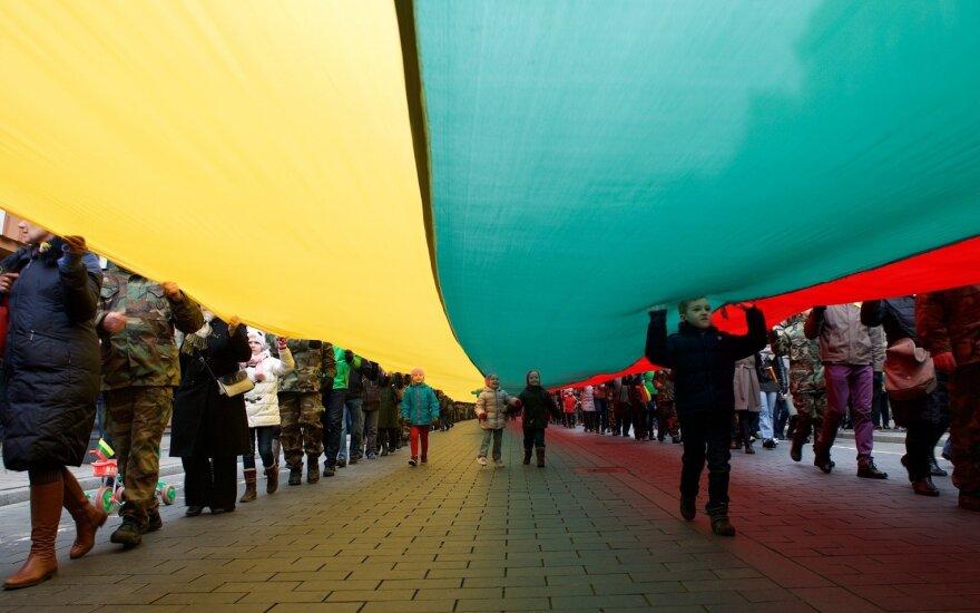 Vaikai su Lietuvos vėliava