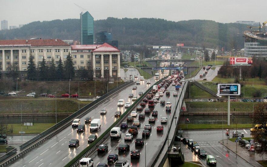 """Vilniaus vairuotoją piktina mažas leistinas greitis ir """"lėtapėdžiai"""" gatvėse"""