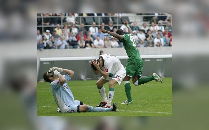 """Vartininko Logano Bailly ir gynėjo Paulo Stalteri (abu """"Borussia"""") bei puolėjo Grafite (""""Wolfsburg"""") reakcija po įvarčio"""