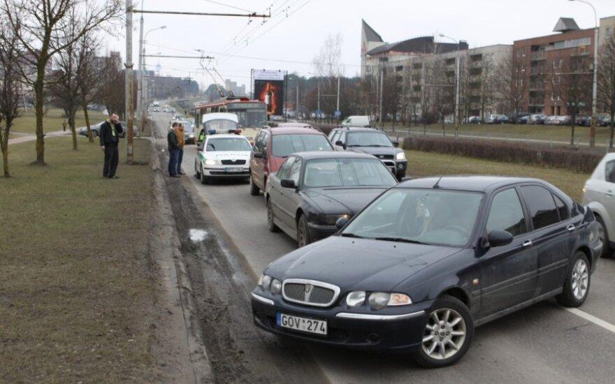 Drama Vilniaus gatvėse: vairuotojai blokavo kelią ir patys sučiupo gatve skriejusį chuliganą