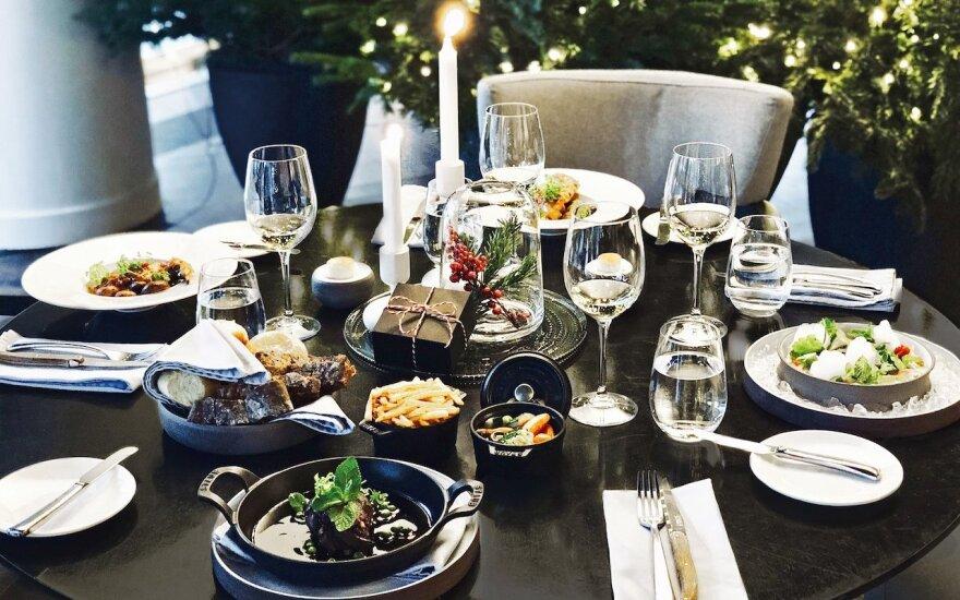 Šventinis stalas su naujais patiekalais