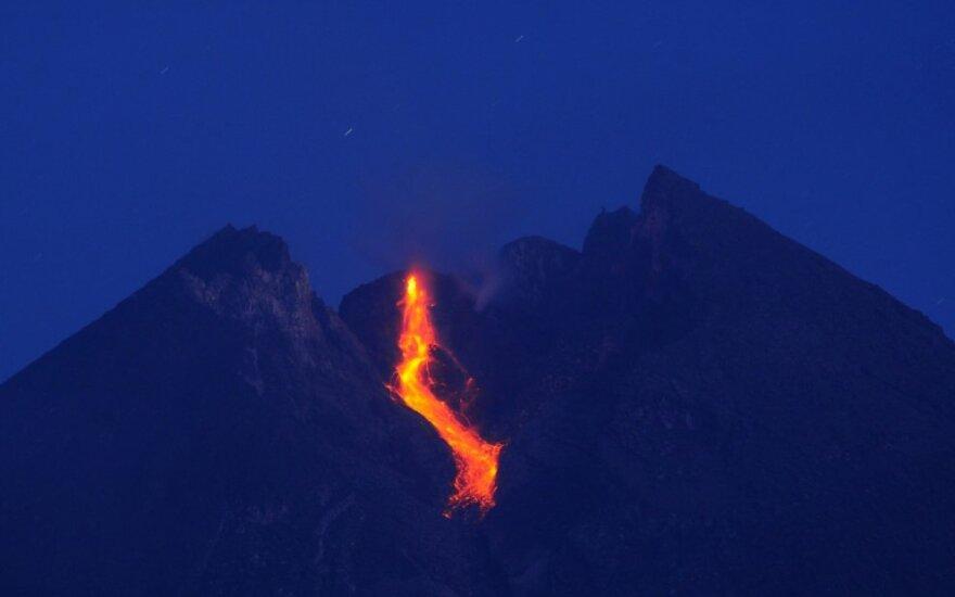 Iš Indonezijos Merapio ugnikalnio liejasi lava