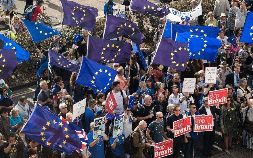 """""""Fitch Ratings"""": kietas """"Brexit"""" beveik neabejotinai sukeltų JK kredito reitingo sumažinimą"""