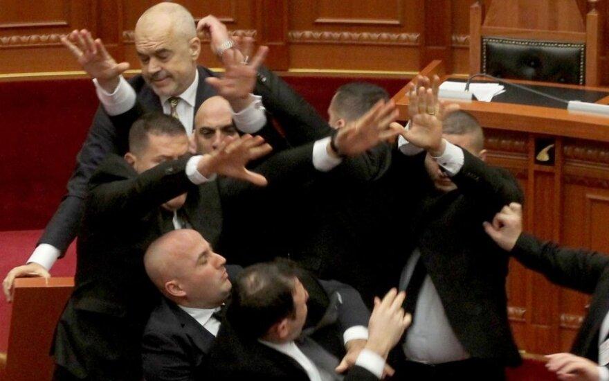 Albanijos premjeras parlamente buvo apmėtytas kiaušiniais