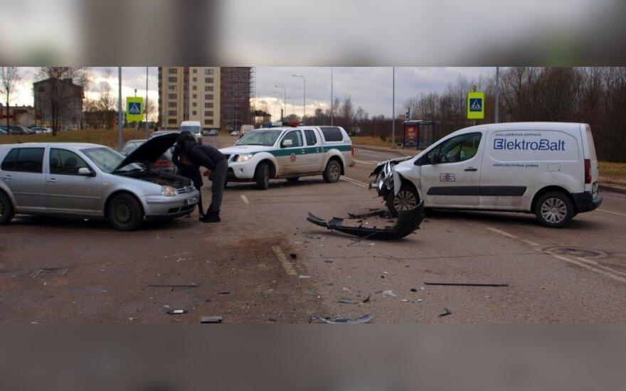 Kaune susidūrus trim automobiliams, sužalotas vienas vairuotojas