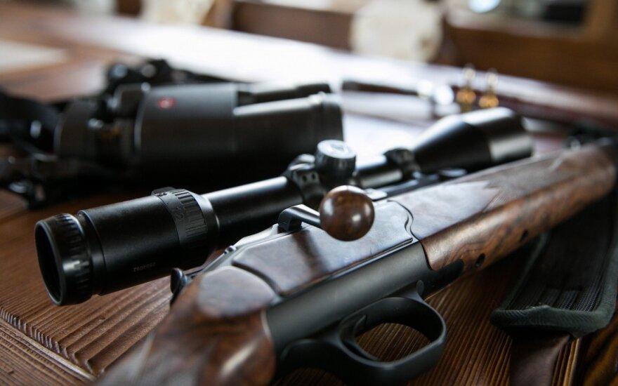 KT pradeda nagrinėti skundą dėl draudimo teistam asmeniui įsigyti ginklą