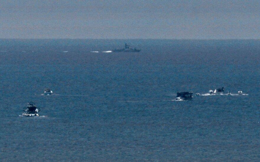 Grupė palestiniečių mėgina pralaužti Izraelio vykdomą jūrinę blokadą