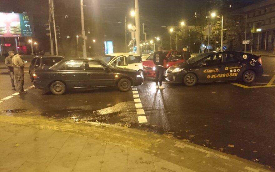 Vilniuje, sankryžoje su neveikiančiais šviesoforais, įvyko grupinė avarija