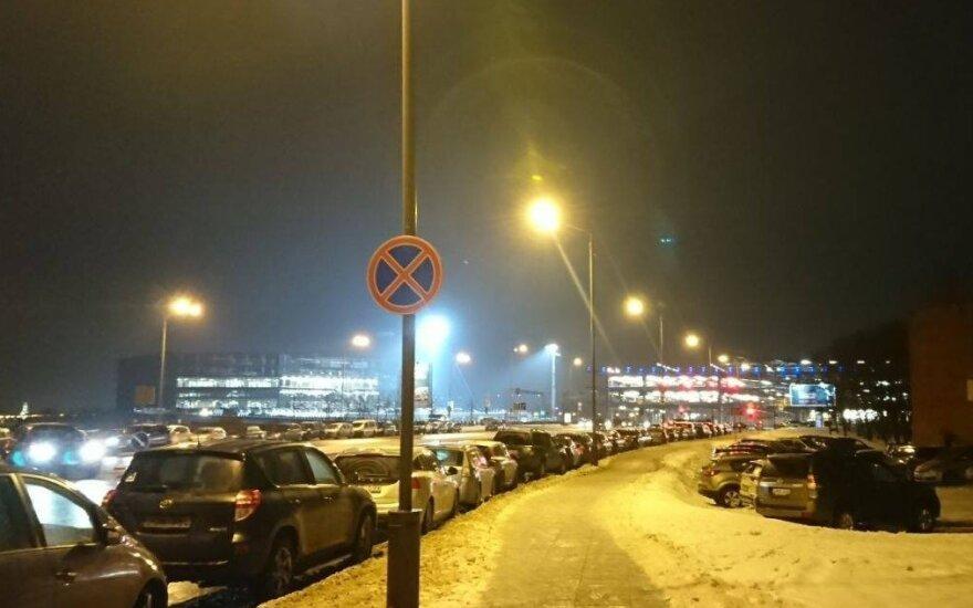 Eismo chaosas prie Žalgirio arenos renginių metu