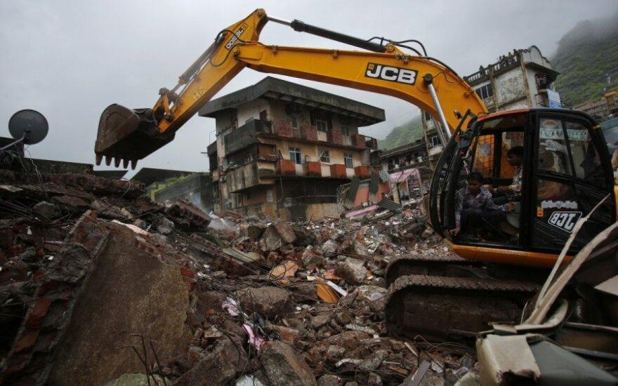 Mumbajuje sugriuvo namas, žuvo žmonės