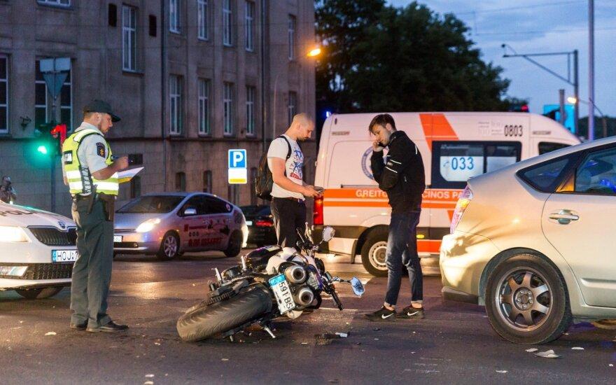 Vilniuje merginos vairuojamas motociklas rėžėsi į taksi