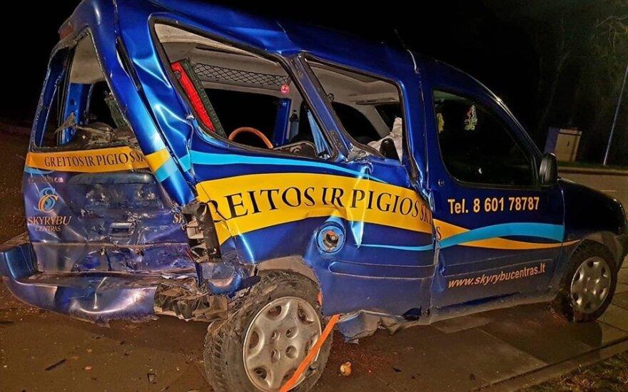 """Girtutėlis """"Audi"""" vairuotojas Kupiškyje sukėlė avariją – rėžėsi į stovintį automobilį"""