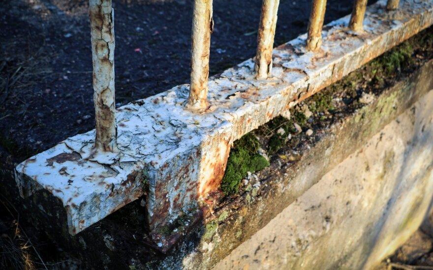 Bijo nelaimės: gąsdina tilto per upę būklė